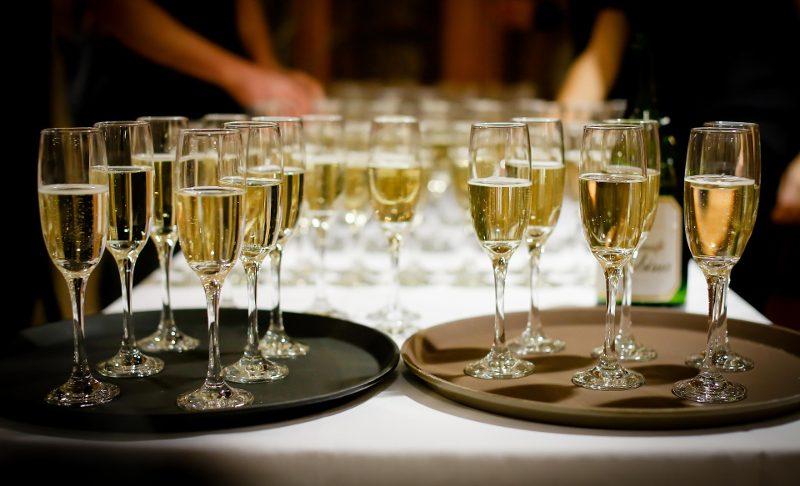 Как правильно пить шампанское: бокалы, подача, этикет, закуски