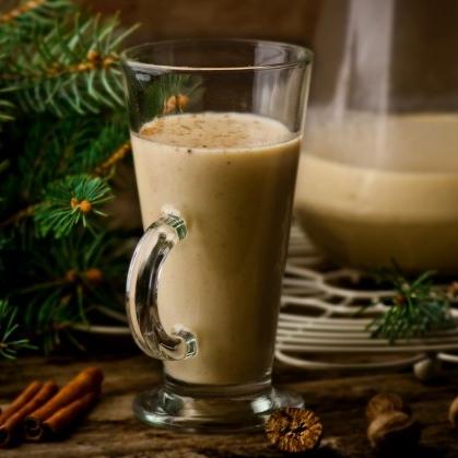 Не секрет, что в Голландии глинтвейн не варит только ленивый. Но в Нидерландах есть особый новогодний напиток из молока, специй и сухофруктов. Как он называется?